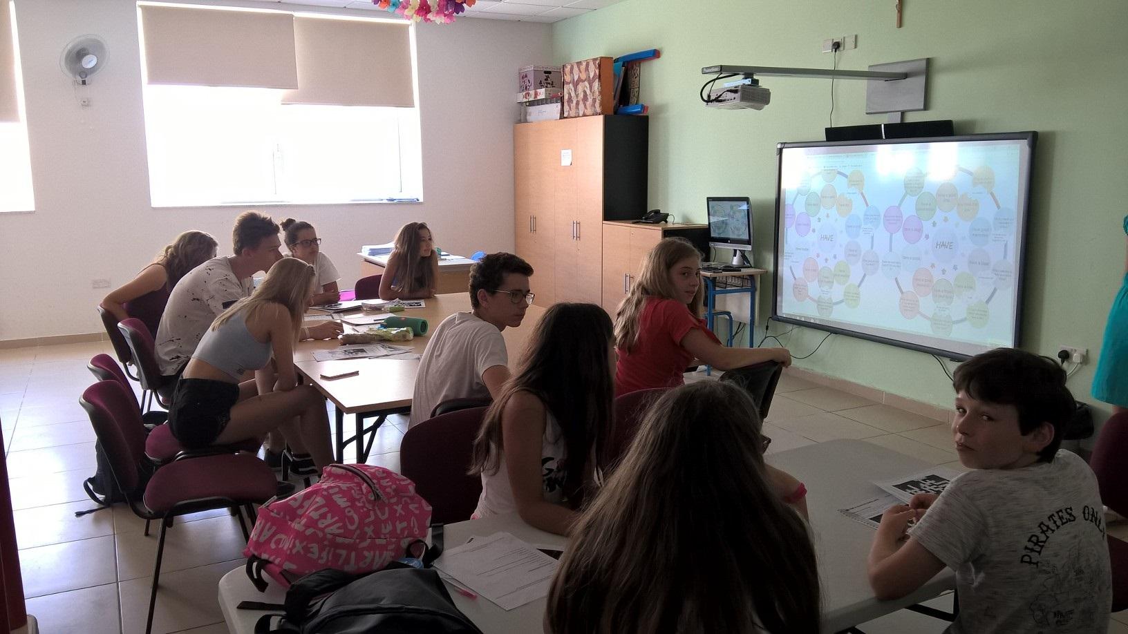 GSE Malta Dil Okulu Genc Ogrenci Gruplari Ingilizce egitiminde iken