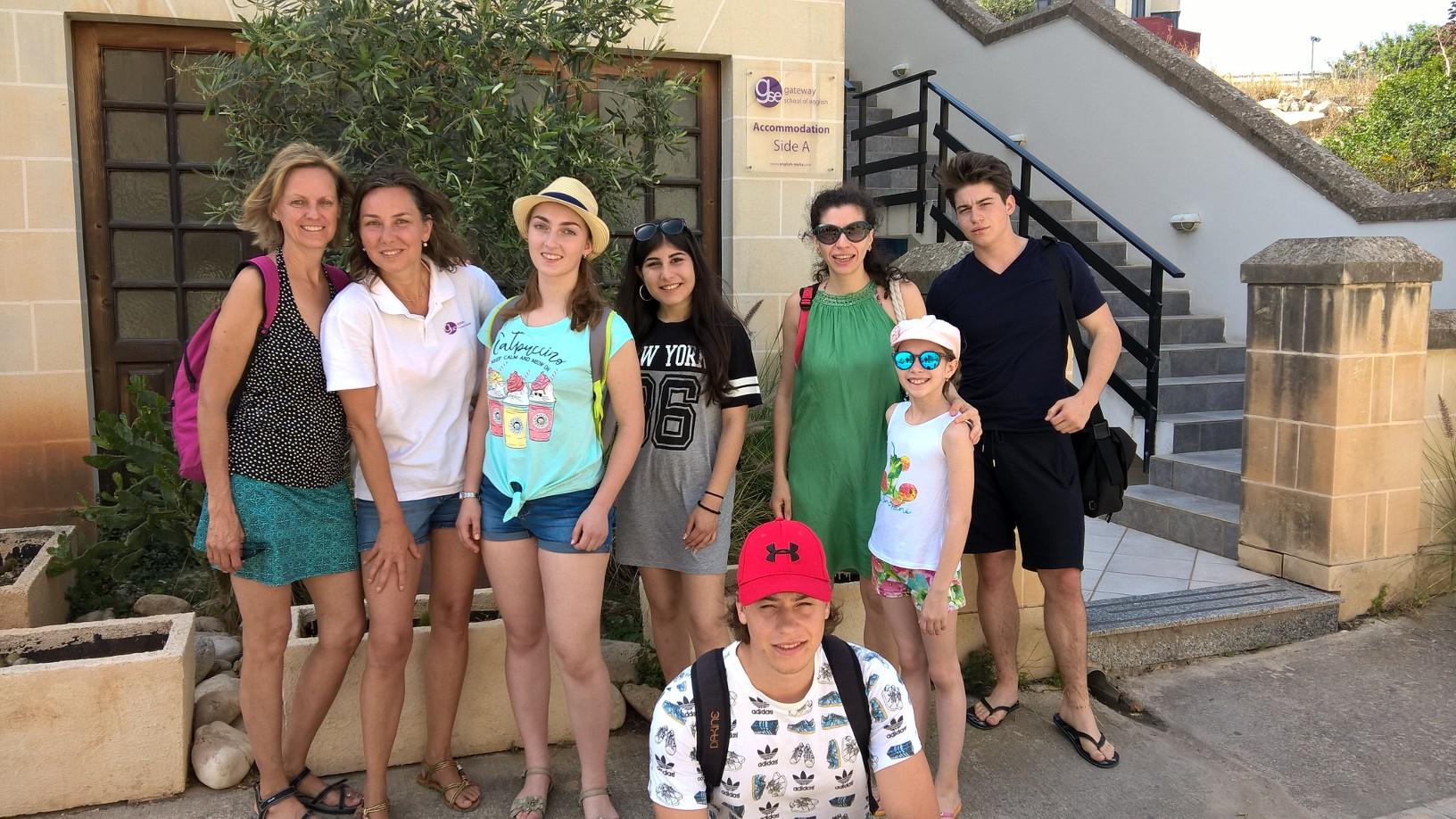 GSE Malta dil okulu okulun bitisigindeki yurdumuzun onunde ogrenci grubumuzun toplu fotografi