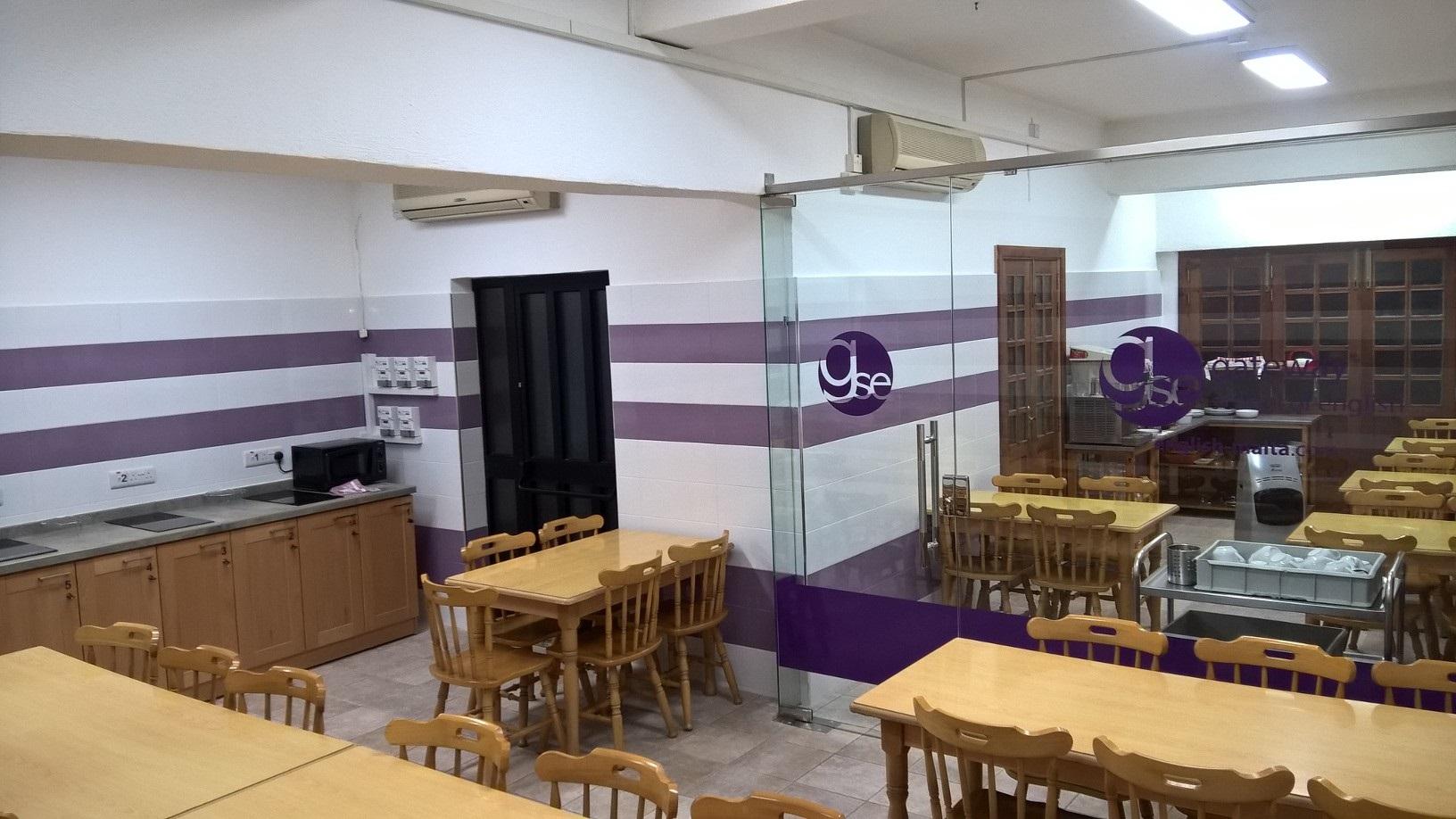Alojamiento en la escuela de inglés GSE Gateway en st julians junto a la escuela con instalaciones de cocina y desayuno incluido