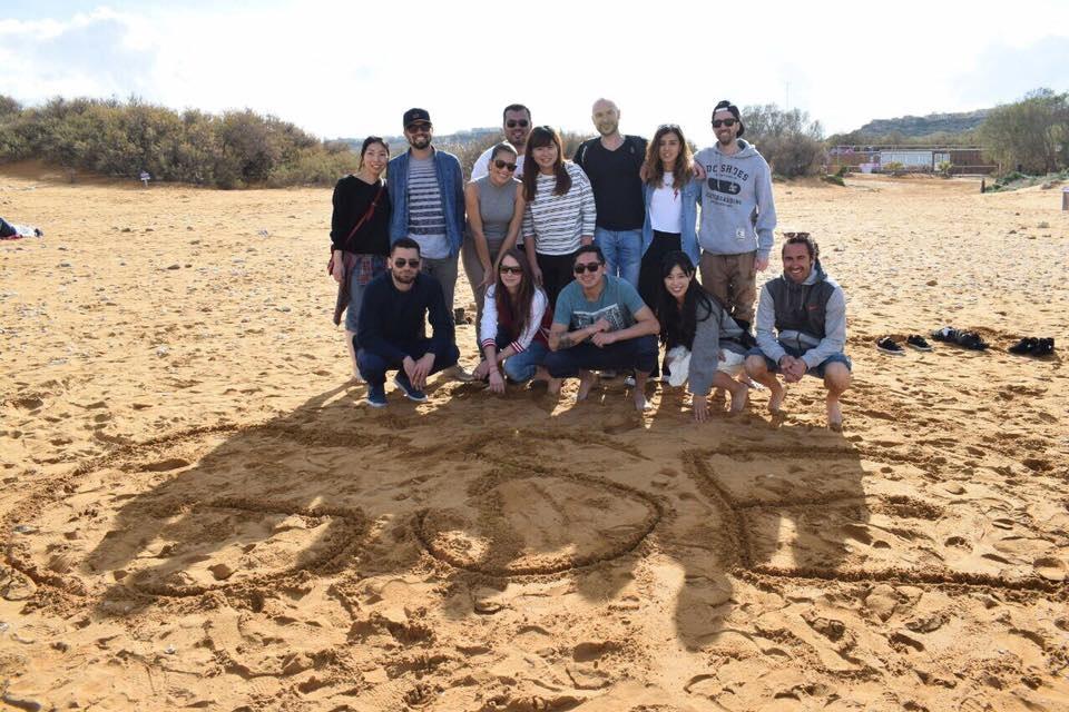 Estudiantes de todo el mundo que estudian en GSE en la playa Malta