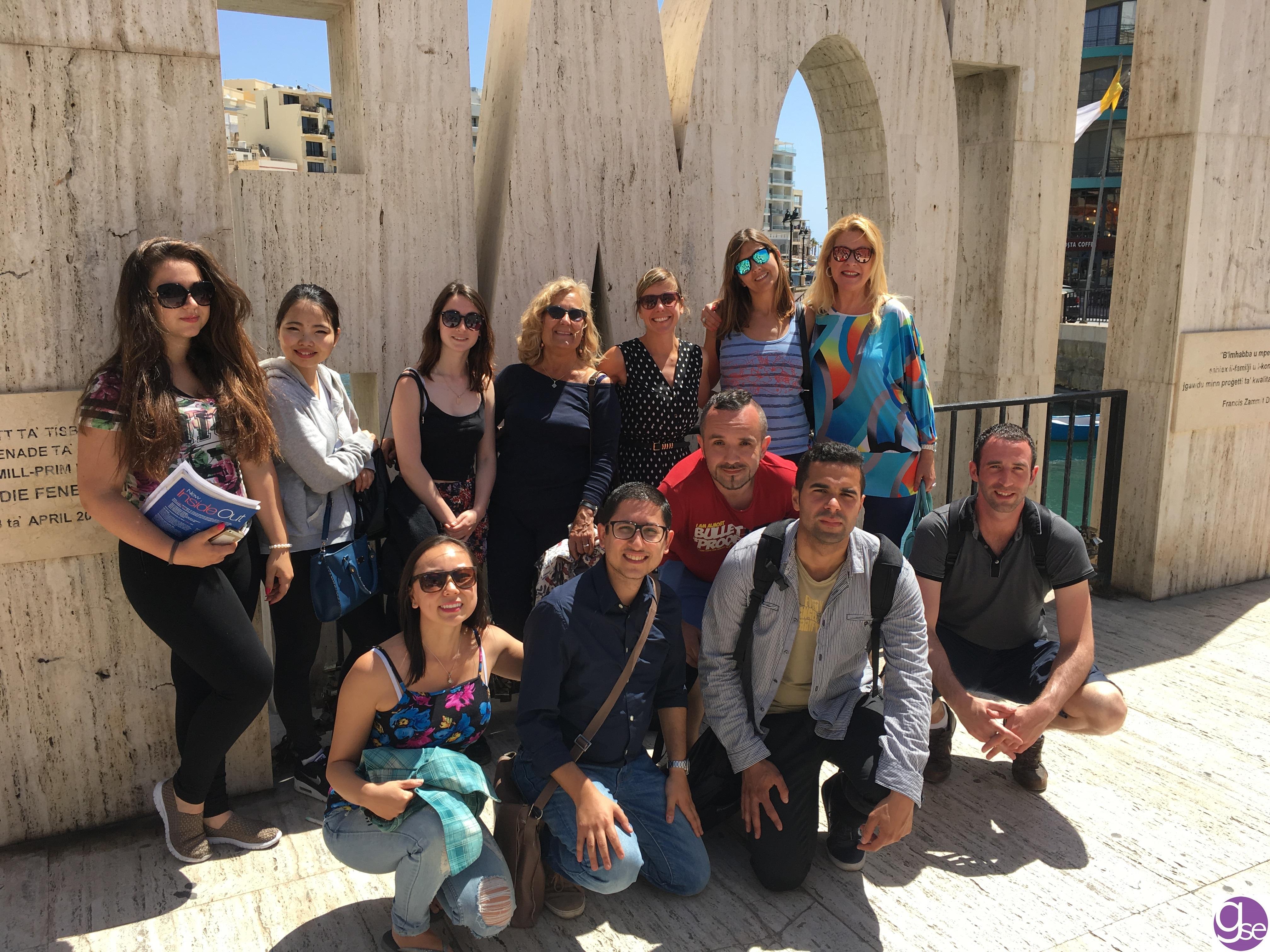 GSE Malta estudiantes al lado del monumento LOVE en St Julians Spinola Bay a 12 minutos andando desde la escuela